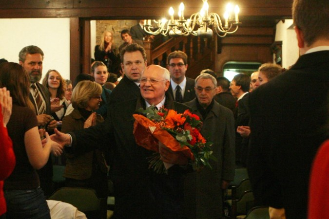 Inhaaljaar internationaal festival Euriade van start met luxueus boek, in november bezoek van Auma Obama in Kerkrade