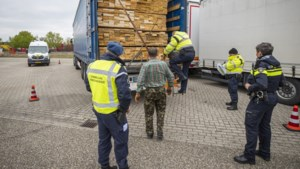 Marechaussee speurt naar verstekelingen bij Venlo: 'Het is zoeken naar een speld in een hooiberg'