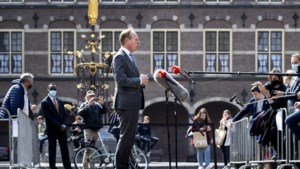 Onrust op het Binnenhof wanneer iemand bij verkenner Herman Tjeenk Willink vandaan komt