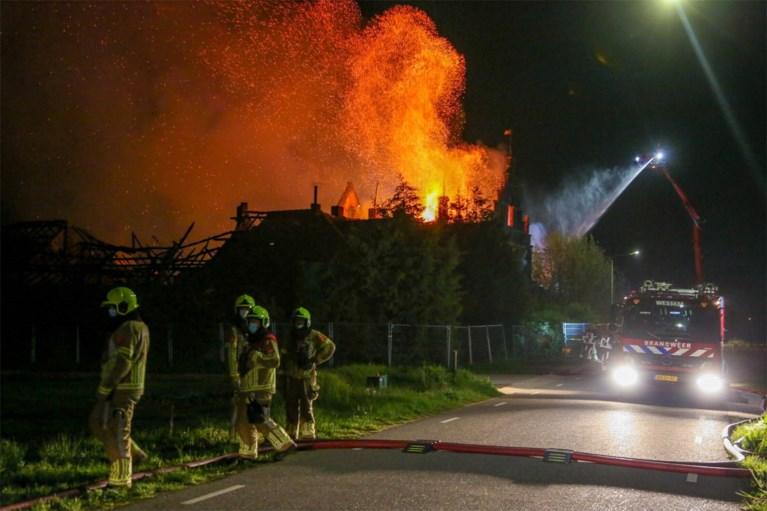 Video: Grote brand in monumentale boerderij in Beegden