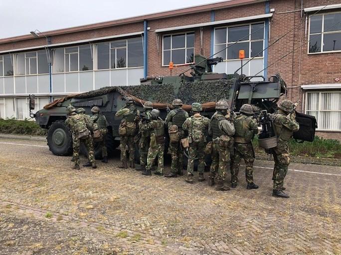 Video: Landmachtoefening: gewapende bestorming van gevaarlijk drugslab op oud-Philipsterrein