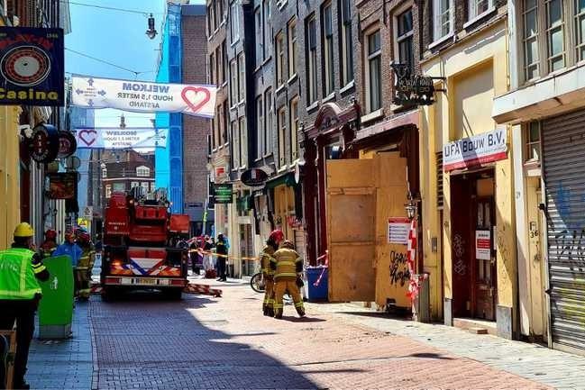 Deel van pand aan winkelstraat Nieuwendijk Amsterdam ingestort