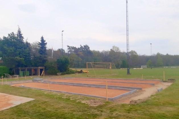 Jeu de boulesbanen op sportpark in Boukoul in aanleg
