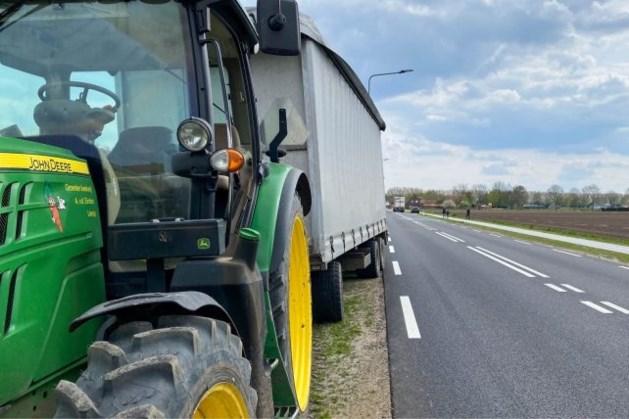 Deur raakt los van tractor en valt op passerende auto