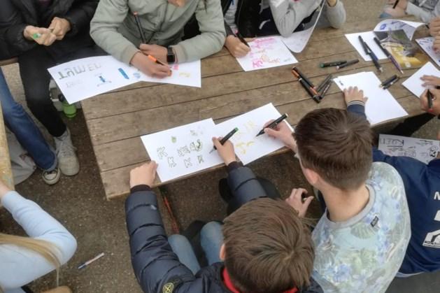 Kunstwerken van graffiti door jeugd te zien bij gemeentehuis in Margraten