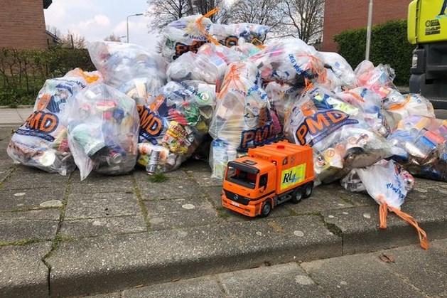 Miniatuur vuilniswagen reinigingsdienst Rd4 schittert tussen plastic afval