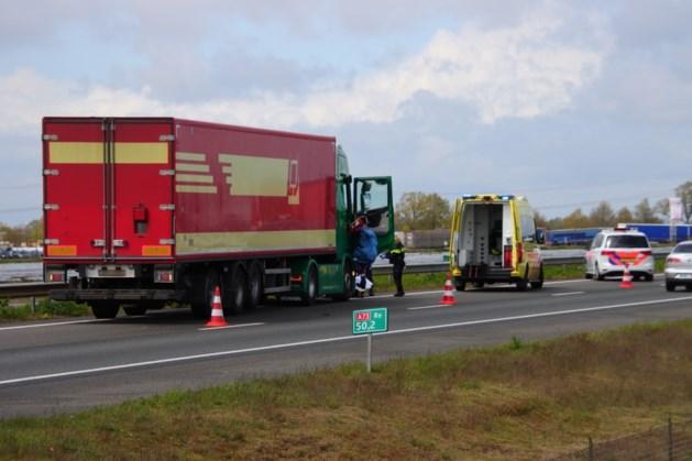 Vrachtwagenchauffeur wordt onwel en botst tegen vangrail A73