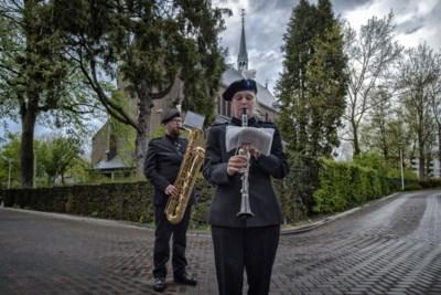 Franka (28) speelt op klarinet tijdens dodenherdenking na zware periode door corona: 'Op 5 mei valt er niets te vieren'