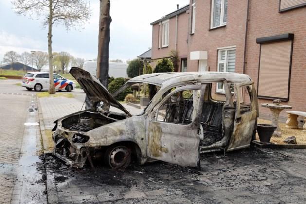 Auto brandt volledig uit in woonwijk Ysselsteyn