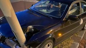 Auto flink beschadigd na aanrijding met lantaarnpaal in Venray