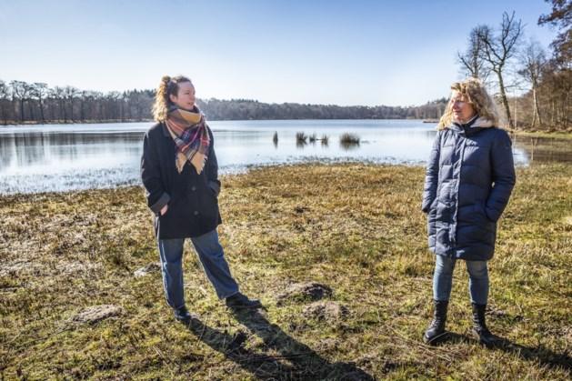 Zangeres Babs van Bree en danseres Sarah Soethoudt nemen wandelaars mee naar het Zwart Water in Venlo