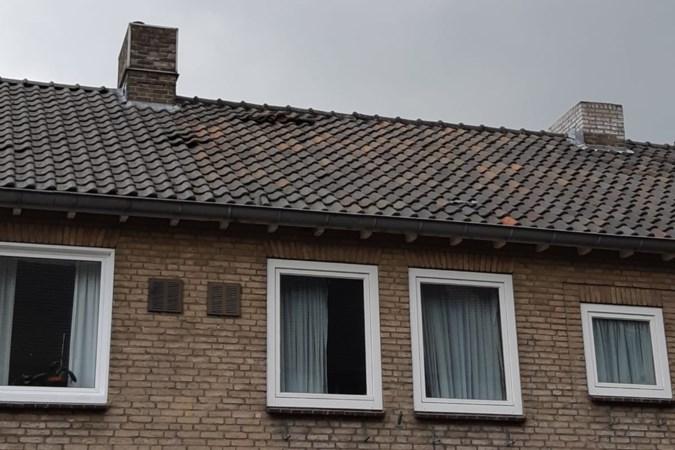 Dakpannen van huis in Beek losgekomen na overvliegen vliegtuig