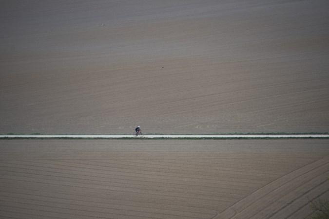 Een eenzame wielrenner in Schimmert die doet denken aan een lied van Boudewijn de Groot
