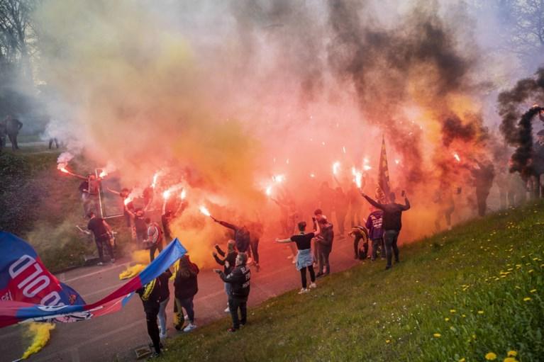 Video: 400 fans steunen VVV voor duel tegen RKC met vuurwerk, vlaggen en gezang