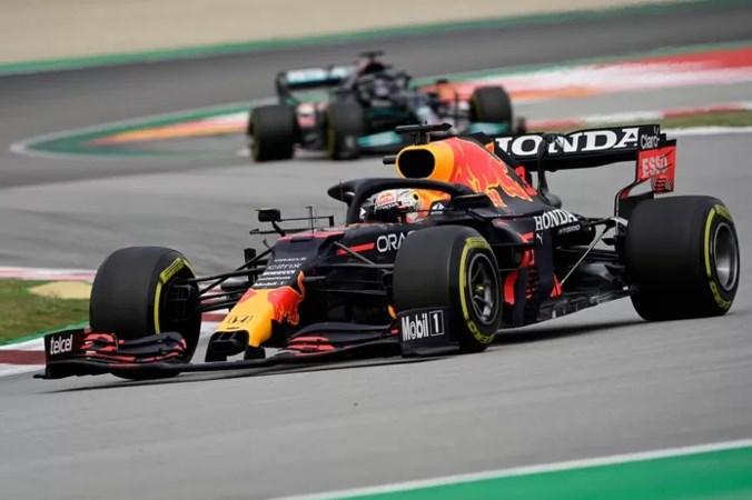 Meesterzet Mercedes helpt Hamilton aan zege, Verstappen tweede in Barcelona