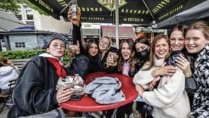 Nederlanders nemen het ervan op Belgische terrassen: 'Niemand doet hier moeilijk'