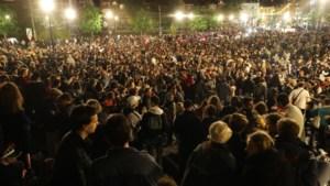 Politie ontruimt Brussels plein met feestende jongeren