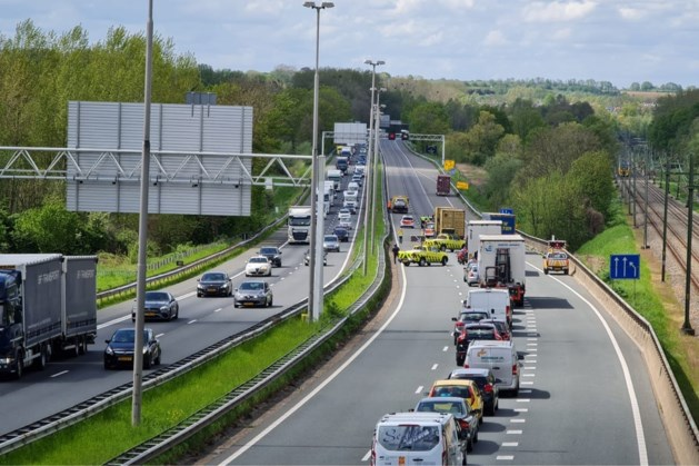 Auto crasht op A76 bij Nuth; snelweg afgesloten