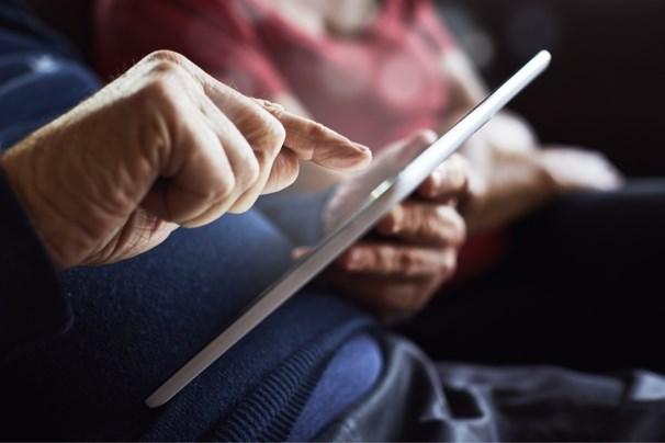 Hulp voor senioren die vastlopen met hun telefoon, tablet of pc, juist nu ze zo graag videobellen