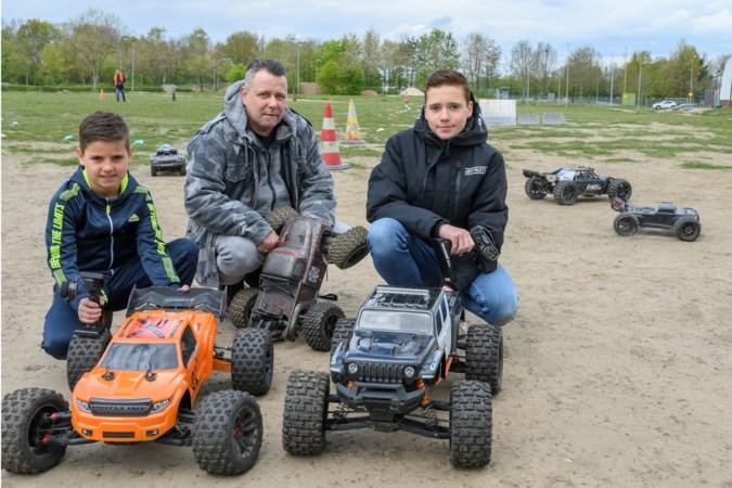 Met rc-auto's racen over grasveld in Landgraaf: 'Het is geen speelgoed meer, sommige rijden meer dan 100 kilometer per uur'