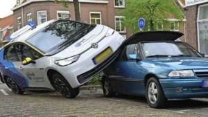 Leerling trapt per ongeluk gaspedaal in en eindigt bovenop geparkeerde auto
