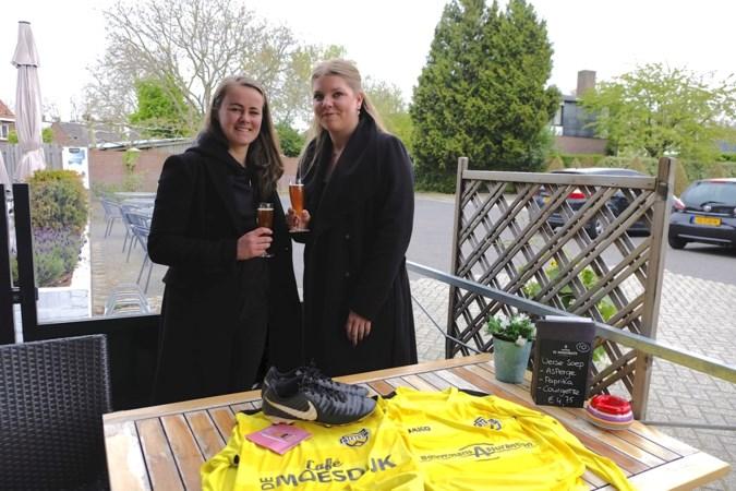 Dames van voetbalclub DESM steunen Weerter horeca met eigen biertje, de Boezem Blond