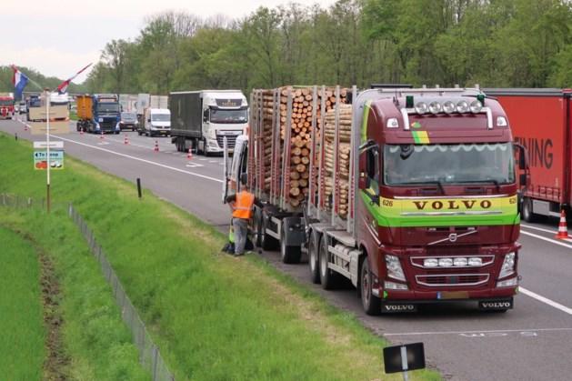 Vrachtwagen met klapband blokkeert afrit A2 bij Kelpen-Oler