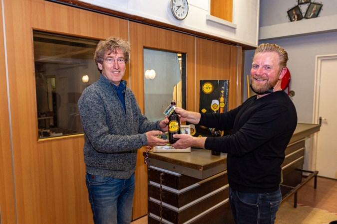 Solidariteitsbier voor Herriemenie Miserabel Heerlen, uit naam van burgemeester Blanchefosse