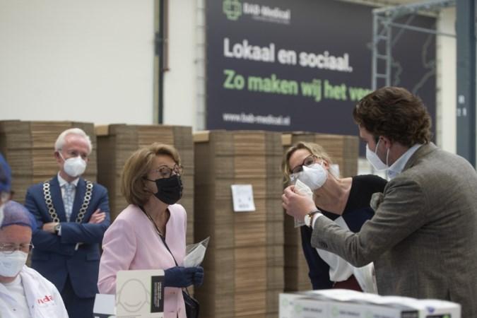 Prinses Margriet brengt bezoek aan mondkapjesfabriek in Sittard en krijgt pallet mee voor het Rode Kruis