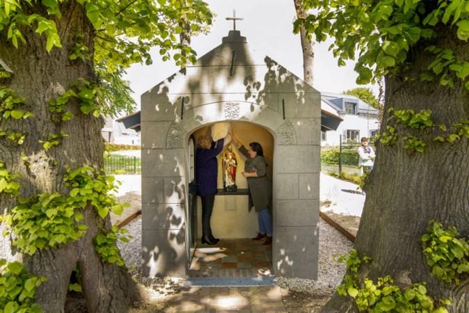 Pastoor Vankan zegent 3D-print van Servaas in opgeknapte kapel Leveroy
