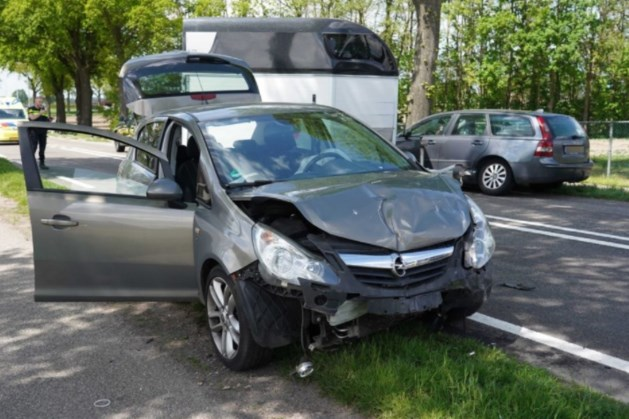 Auto's botsen tegen paardentrailer: persoon raakt gewond