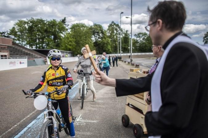 Zegening zonder wijwater op wielerbaan Geleen is geen garantie voor veilige rit