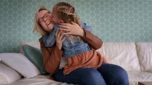 Jacqueline lag tien weken in coma en werd wakker als moeder