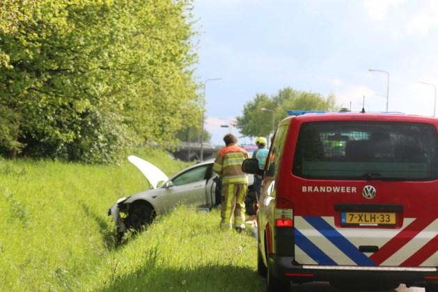 Auto raakt van de weg in Sittard, bestuurder gewond