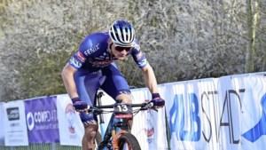 Mountainbiker Thomas Pidcock klopt Mathieu van der Poel in Nove Mesto