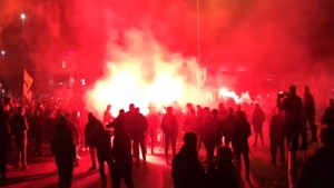 Enthousiaste Roda-menigte wacht spelersbus op bij stadion na zege op De Graafschap