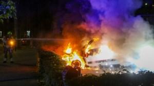 Auto gaat volledig in vlammen op in Weert