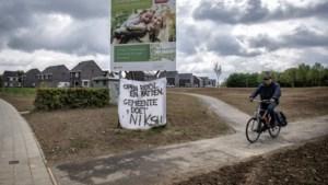 Overlast door ratten, gebruikt toiletpapier en stank door foute aansluiting in nieuwbouwwijk: 'We wonen naast een open riool'