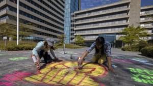 Actievoerders op de stoep bij Shell-aandeelhouder ABP om klimaat, ook protest in Heerlen
