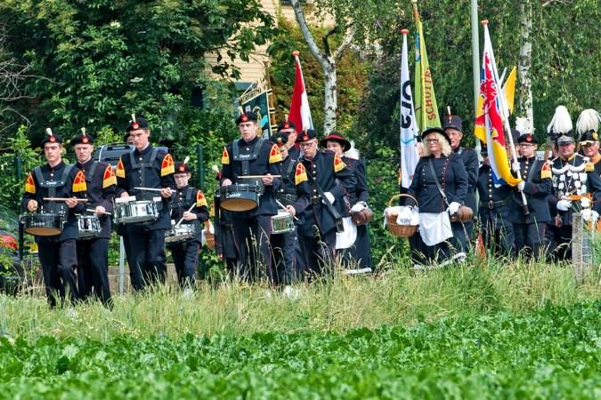 Alternatieve processie met marsen uit geluidsboxen rijdt op tweede pinksterdag door Grevenbicht