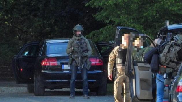 Speciale eenheden maken in bosgebied net over de grens jacht op zwaarbewapende militair