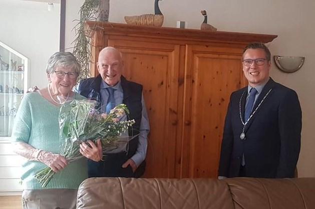 Burgemeester Beesel bezoekt bijzonder echtpaar in Reuver: 65 jaar getrouwd