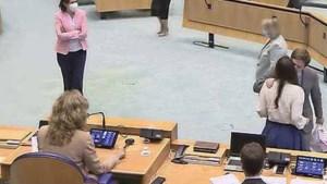 Zoenende Forum-leden negeren coronaregels in Tweede Kamer