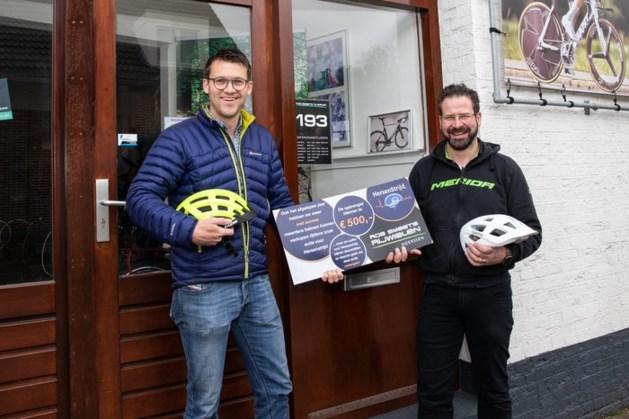Rijwielzaak doneert 500 euro uit verkoop fietshelmen aan HersenStrijd fonds