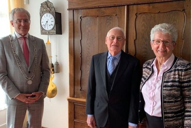 Burgemeester Strous feliciteert echtpaar met diamanten huwelijk