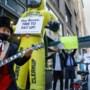 'Gewone' miljonairs voeren actie en vragen miljardair Jeff Bezos van Amazon meer belasting te betalen