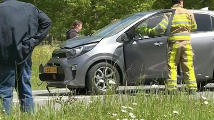 Video: Automobilist gewond na botsing met lantaarnpaal