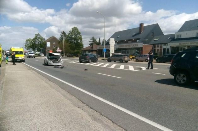 Veel ravage na ongeval tussen vijf auto's op Rijksweg in Opgrimbie