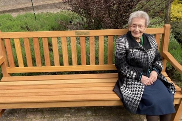 Honderdjarige mevrouw Janssen-Op het Veld uit Panningen krijgt bankje cadeau