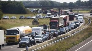 Verkeer op A2 rondom Eindhoven vast door verloren lading van vrachtwagen